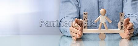 la mano umana protegge lequilibrio tra