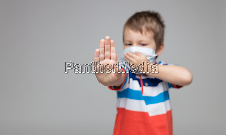giovane bambino che indossa una maschera