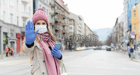 donna che indossa maschera corona dando