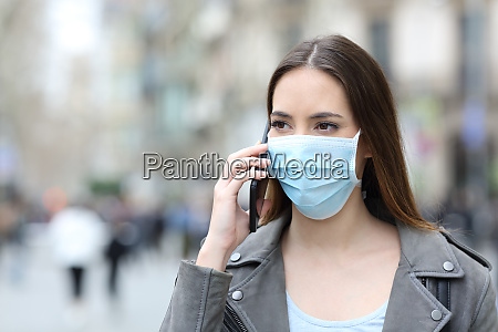 donna con maschera che parla al
