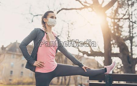 donna che indossa maschera per il