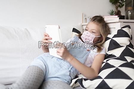 giovane ragazza con maschera protettiva rosa