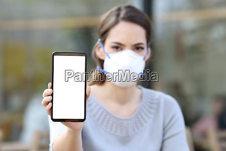 donna con maschera che mostra il