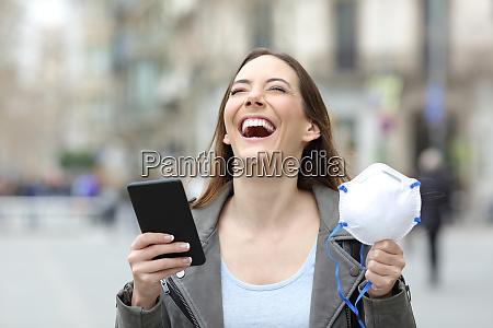 donna eccitata che tiene il telefono