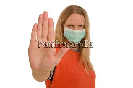 donna con protezione della bocca e