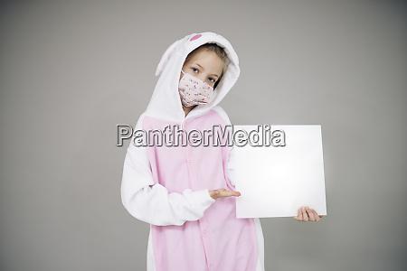 bella ragazza vestita come coniglio di