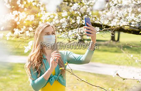 donna che si fa un selfie