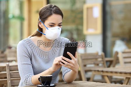 donna con maschera di controllo notizie