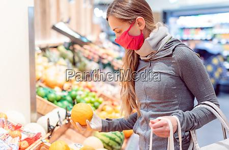 donna che fa shopping in supermercato