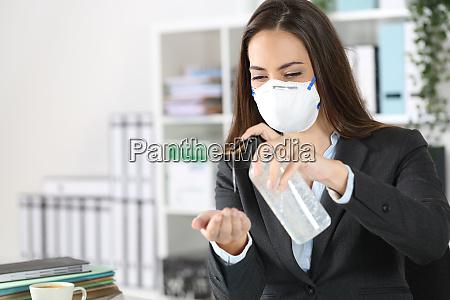 esecutivo indossa maschera con disinfettante per