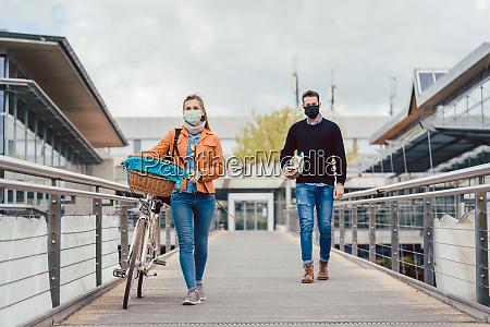 studenti del campus universitario che indossano