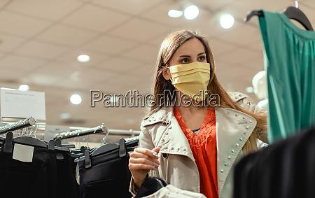 donna shopping in negozio di moda