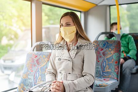 donna che usa i mezzi pubblici