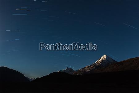 sentieri stellari sopra le montagne dellhimalaya