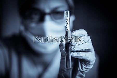 medico in possesso di una provetta