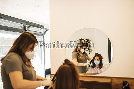 parrucchiere tagliocapelli in un parrucchiere con