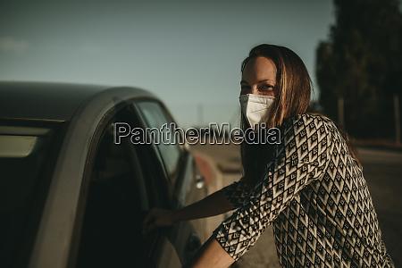 donna adulta mid con maschera protettiva