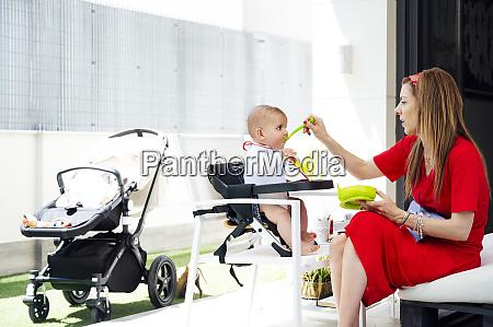 madre che nutre il figlio carino