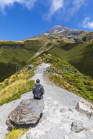 neozelandese escursionista maschio ammirando il paesaggio