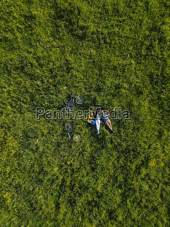 coppia sdraiata sullerba vista aerea