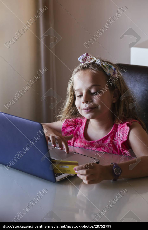 ragazza, che, usa, il, laptop, a - 28752799