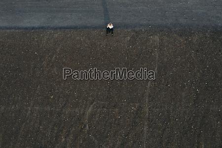 imprenditore maschio seduto sulla collina vista