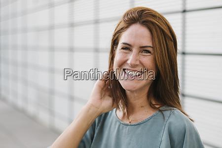 donna sorridente allaperto