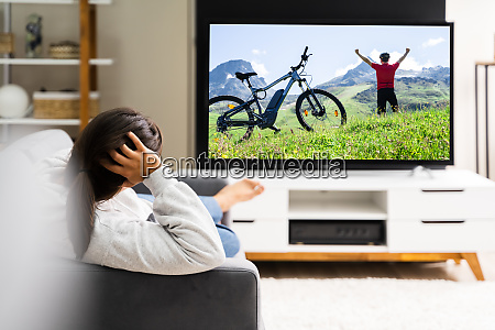 donne che guardano la tv a