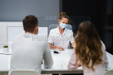 medico parlando al paziente a incontro