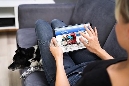 lettura di giornali online su tablet