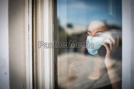 donna che parla al cellulare mentre