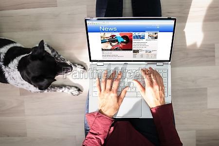 lettura di giornali online sul computer
