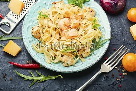 piatto di pasta con gamberetti