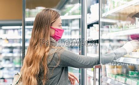 donna nello shopping supermercato in isola