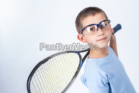 giovane giocatore di squash con occhiali