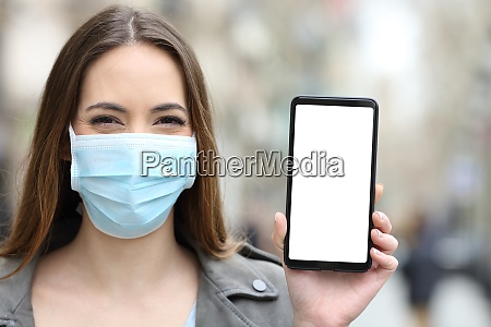 felice donna che indossa maschera che