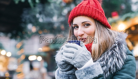 donna di fronte allalbero di natale