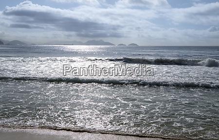 surf sulloceano sulla spiaggia di copacabana