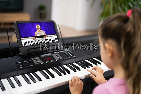 lezione di internet per pianoforte musicale