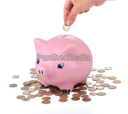 risparmi salvadanaio rosa con monete in