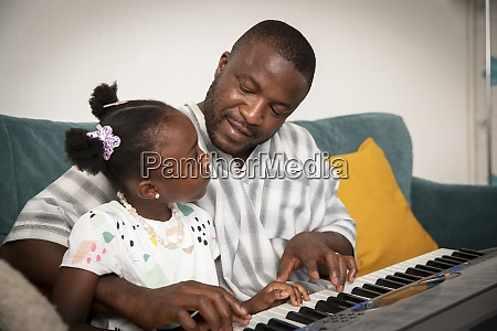 padre e figlia affettuosi che suonano