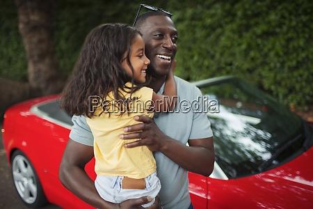 padre felice che tiene la figlia