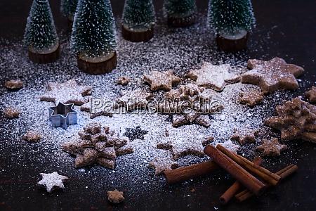 decorazione natalizia con biscotti a forma