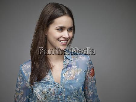 ritratto di giovane donna sorridente che