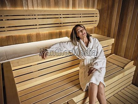 contemplare donna anziana seduta su sauna