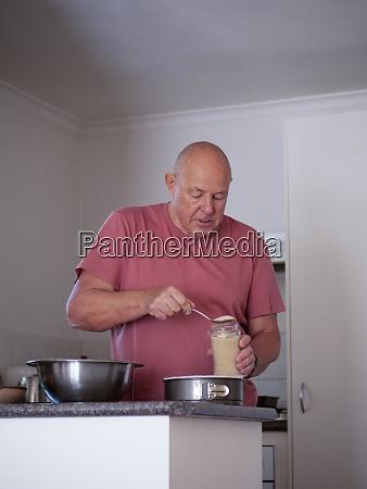 uomo anziano che prepara gli ingredienti