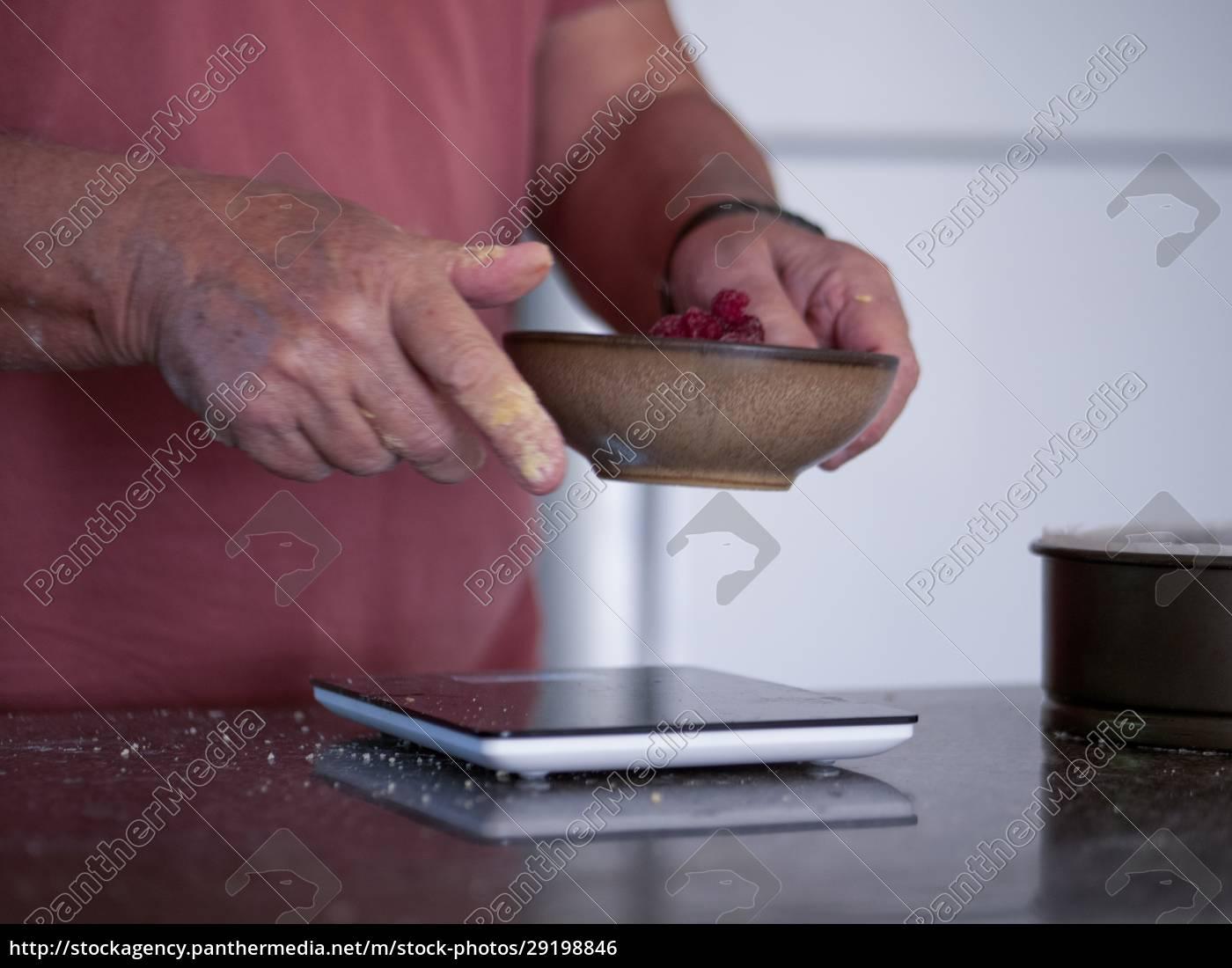 ingredienti, di, pesatura, uomo, per, torta - 29198846