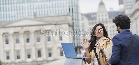 uomini daffari che usano il laptop