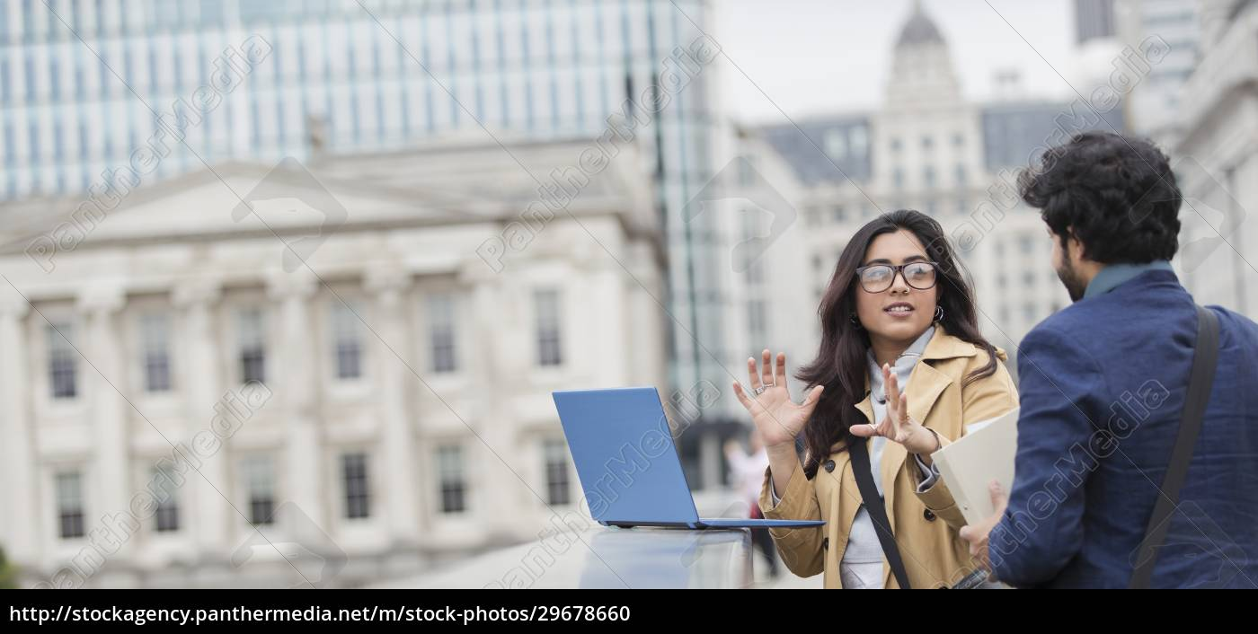 uomini, d'affari, che, usano, il, laptop - 29678660