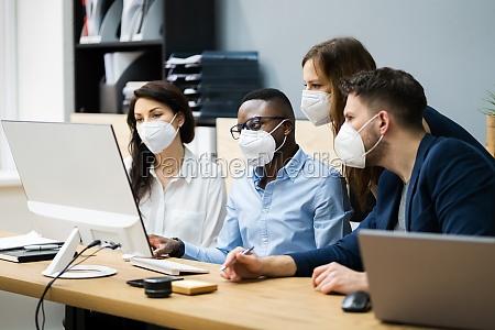 gruppo misto di giovani imprenditori